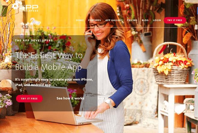 Vrouw die een app maakt